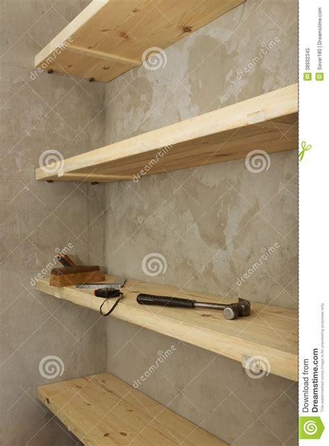 scaffali dispensa scaffali solidi fatti di legno in dispensa rurale immagine