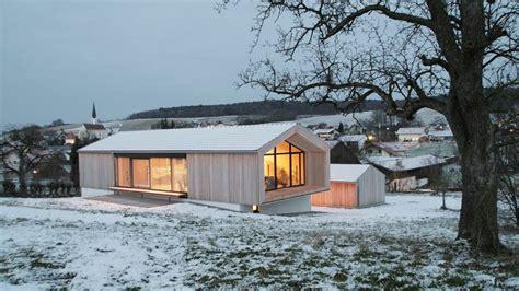 Moderne Häuser Auf Einer Ebene by Wohnen Auf Einer Ebene Edles Holzhaus Am Hang Haeuser