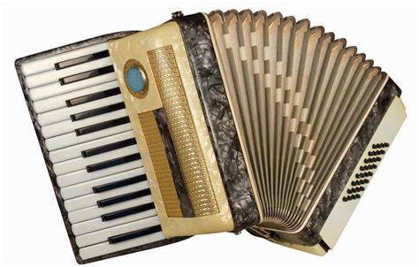 Selain adanya alat musik tradisional melayu riau dan rumah adat selaso jatuh kembar untuk daya tariknya, provinsi riau juga menyimpan potensi kesenian dan kebudayaan likal yang khas, contohnya tempat yang bisa menjadi contoh upacara bakar tongkang di daerah bagansiapiapi, kab. 5 Alat Musik Tradisional Kepulauan Riau Lengkap
