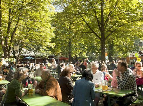 München, Biergarten Bei Englischer Garten Redaktionelles