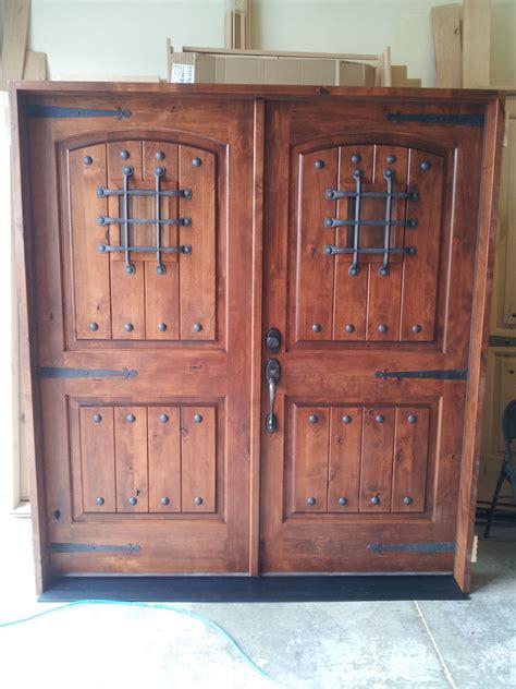 knotty alder rustic arch top entry door   ksr door  mill comany