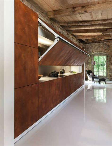 cuisine blanche et bois les portes de placard pliantes pour un rangement joli et
