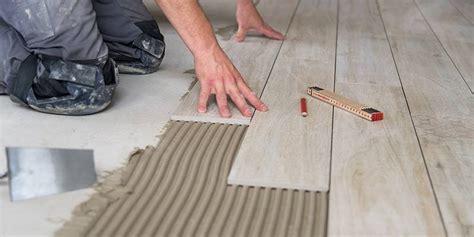 Fliesen Holzoptik Material by Ein Fliesenleger Verlegt Helle Fliesen In Holzoptik