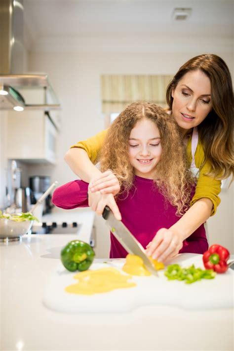 il baise sa mere dans la cuisine mère d 39 aider sa fille à couper les légumes dans la cuisine