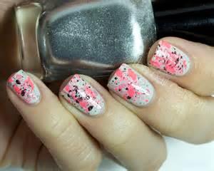 Splatter nails using sponge nail art