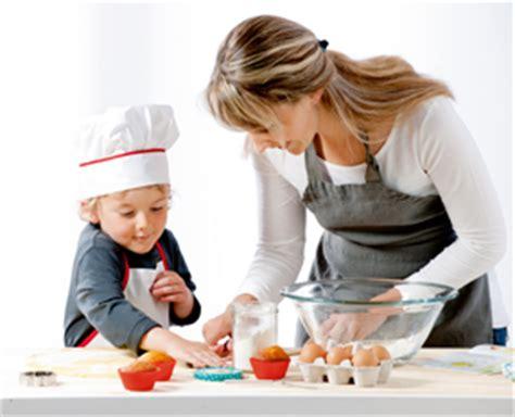 cuisiner pour les enfants maman cuisine transmettre sa de la cuisine à ses