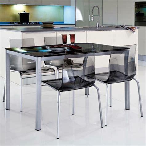 table de cuisine moderne les chaises transparentes et l 39 intérieur contemporain