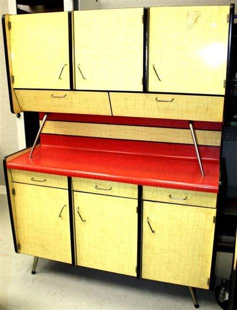 vente de cuisine d exposition meuble de cuisine en formica couleur jaune citron et framboise travail des annees 50