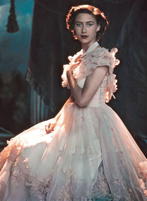 Принцессы Беатрис и Евгения признались, что насмешки доводят их до слез   Glamour.ru