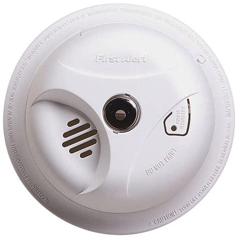 first alert 3 beeps green light smoke alarm red light flashing every 5 seconds
