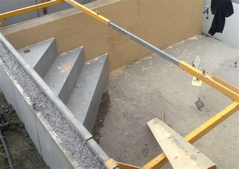 escalier d angle piscine beton les 233 de construction d une piscine en b 233 ton