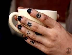 Finger Tattoo Symbole : peace symbol and ankh finger tattoo for girls ~ Frokenaadalensverden.com Haus und Dekorationen