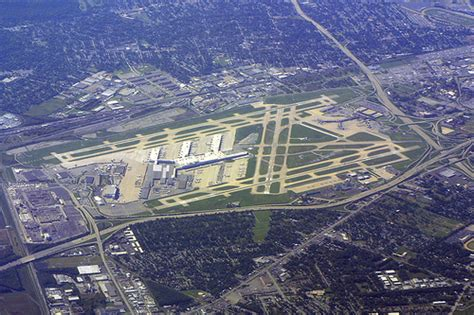 Louisville Airport (SDF) | This view looks west. Runways ...