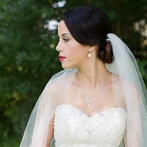 How to pick the perfect jewelry to complement your wedding for Jewelry for sweetheart neckline wedding dress