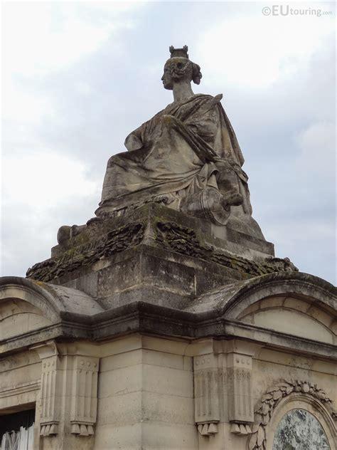 Strasbourg statue within Place de la Concorde - Page 1039