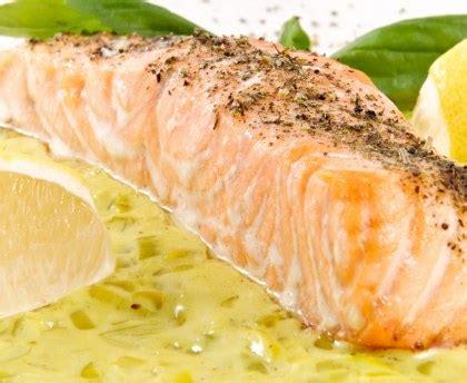 cuisiner le pavé de saumon pavé de saumon sur lit de poireaux recette de pavé