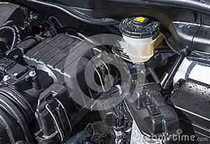 Liquide De Frein Voiture : r servoir de liquide des freins sous le capot d une voiture ~ Medecine-chirurgie-esthetiques.com Avis de Voitures