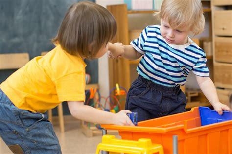 Mans dēls bērnudārzā kaujas. Ko darīt?