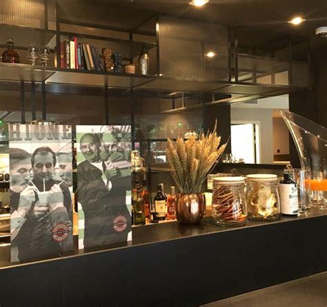 Comptoir De L Est by Le Comptoir De L Est Restaurant Lyon R 233 Server