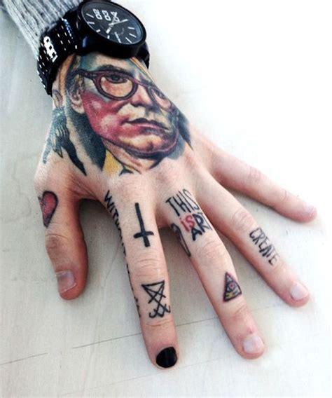 tatouage sur les doigts ecriture ab jornalagora