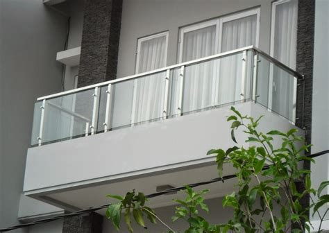 foto balkon kaca rumah  lantai balkon minimalis