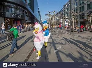 H M Frankfurt Zeil : frankfurt germany people in the shopping street zeil ~ A.2002-acura-tl-radio.info Haus und Dekorationen