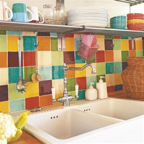 una cocina de estilo retro  colores alegres diseno