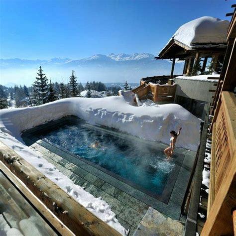 chambre à coucher romantique le confort et la beauté du chalet suisse en photos