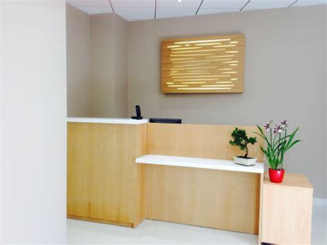 plateau de bureau sur mesure comptoir d accueil et caisse en chêne agencement de magasin