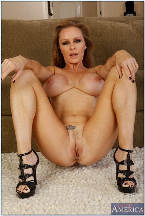 staggering milf dyanna lauren showing her body and