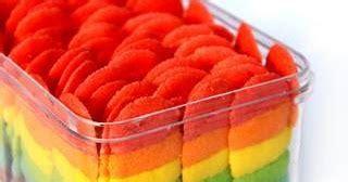 Foto perbandingan kue lidah kucing dengan lidah kucing asli. kulimcupcake: biskut LIDAH KUCING RAINBOW