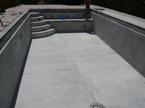 option escaliers motifs logos sur piscines en polyester