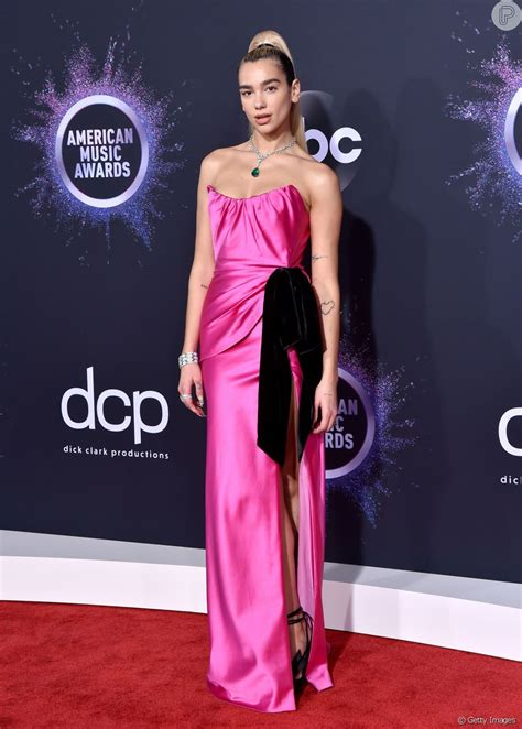 Dua Lipa apostou no vestido tomara que caia em tom de pink ...