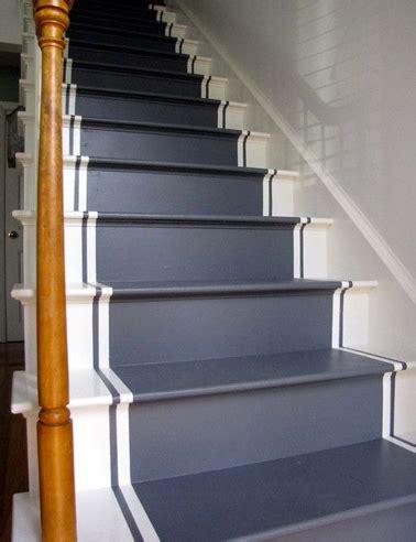 repeindre escalier en bois classique couleur bleu nuit et blanc