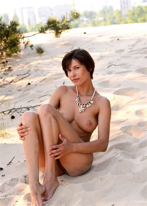 Naked Tall And Busty Suzanna A Posing On The Beach