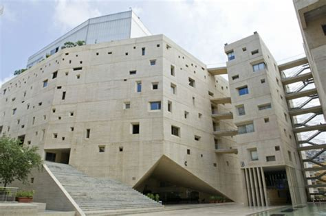 beton fassade von saint joseph universitaet  beirut
