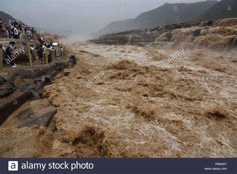 linfen china 12 de julio de 2018 el agua de la cascada de hukou se dispar 243 y atrajo a grandes