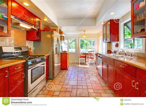 cuisine cerise cuisine en bois de cerise avec du charme avec le plancher
