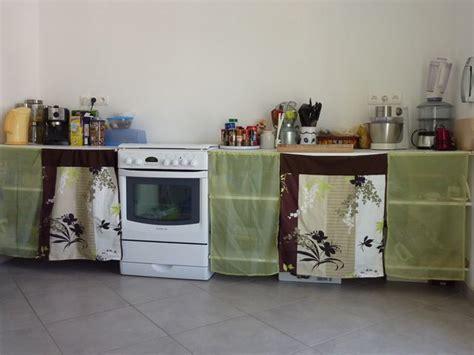 des portes en tissu pour les placards de la cuisine
