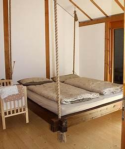 Bett An Der Decke : kreativ im schlafzimmer ein h ngendes allg uer luftbett ulrich schmid allg uer luftbett ~ Frokenaadalensverden.com Haus und Dekorationen