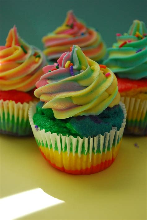 how to make paper fans amazing rainbow cupcakes pt deux and a the