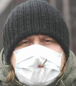 Meilleur Masque Anti Pollution : photo fumer une cigarette en portant un masque anti pollution dr le d 39 id e ~ Medecine-chirurgie-esthetiques.com Avis de Voitures