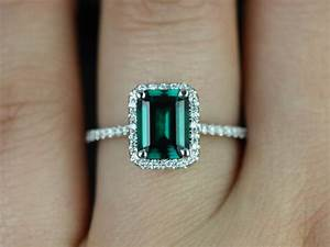Emerald diamond engagement rings on hand diamantbilds for Emerald and diamond wedding ring