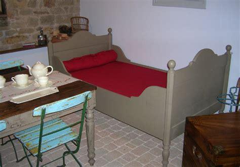 lit ancien en bois peint pour  enfant ou  adlolescent