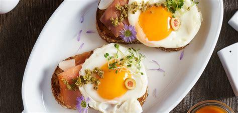 Tapas De Huevo Frito Y Salmón Ahumado