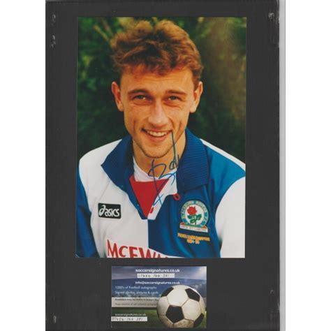 Lars rugido bohinen (nacido el 8 de septiembre de 1969) es un ex profesional noruega futbolista que jugó como centrocampista desde. Signed photo of Lars Bohinen the Blackburn Rovers footballer.