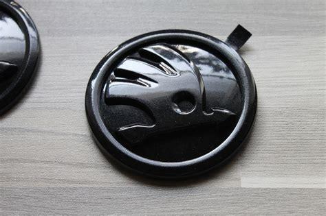 skoda emblem schwarz privatverkauf 2x original skoda emblem in lc9p monte carlo embleme schwarz perleffekt
