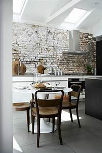 papier peint brique pour un salon de style industriel With kitchen colors with white cabinets with papier peint effet brique