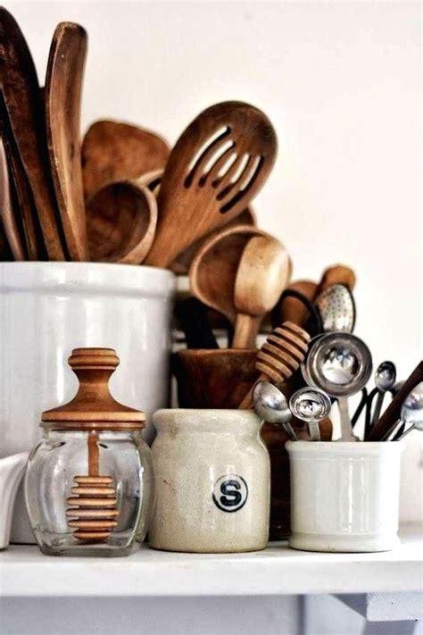 kueche   wooden cooking utensils tidy kitchen kitchen essentials