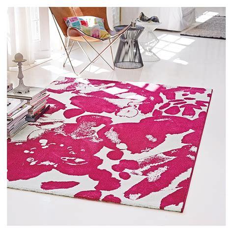 motifs g 233 n 233 reux pour ce beau tapis rose de la marque